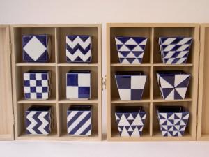 porseleinen sake kopjes, geometrische decoratie opgebracht met de uitsparingstechniek.