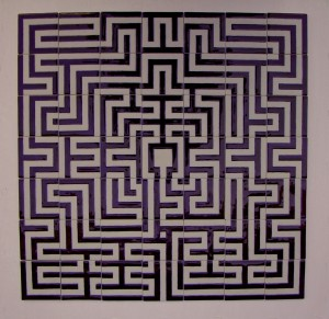 een porseleinen tegeltableau bestaande uit 49 losse tegels die samen een labyrint vormen